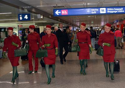 Alitalia: decollano le nuove divise in stile italiano